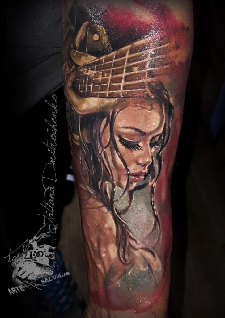 tatuaje de mujer rock woman realismo retrato a color