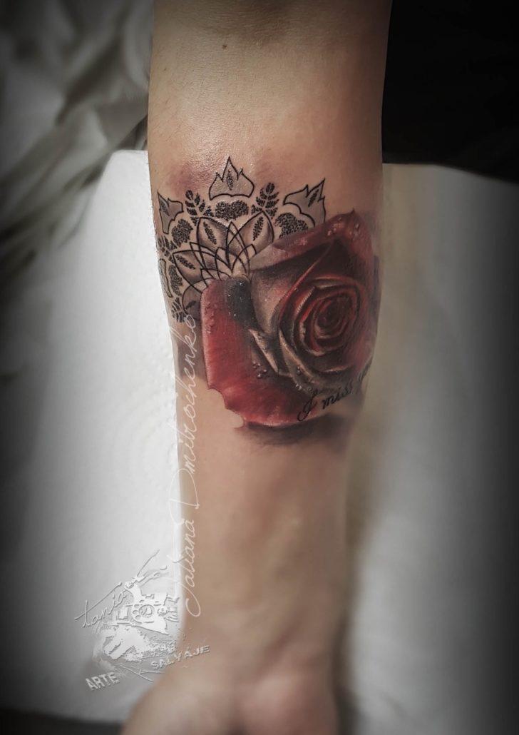 tatuajes pequeños rosas con mandala valencia