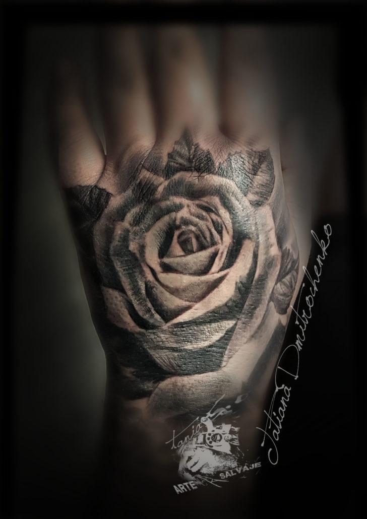 tatuajes realistas de rosas en la mano puño valencia