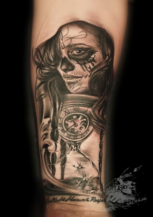 tatuaje de catrina con reloj de arena en el brazo valencia