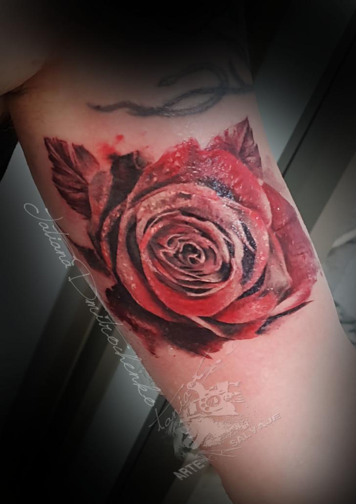 tatuaje realista 3d rosa negra y roja valencia