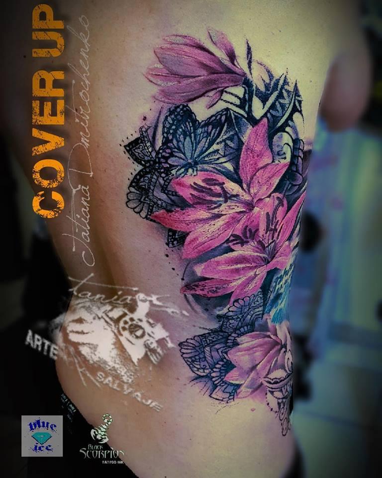 tatuaje femenino costado cover up flores con encaje valencia