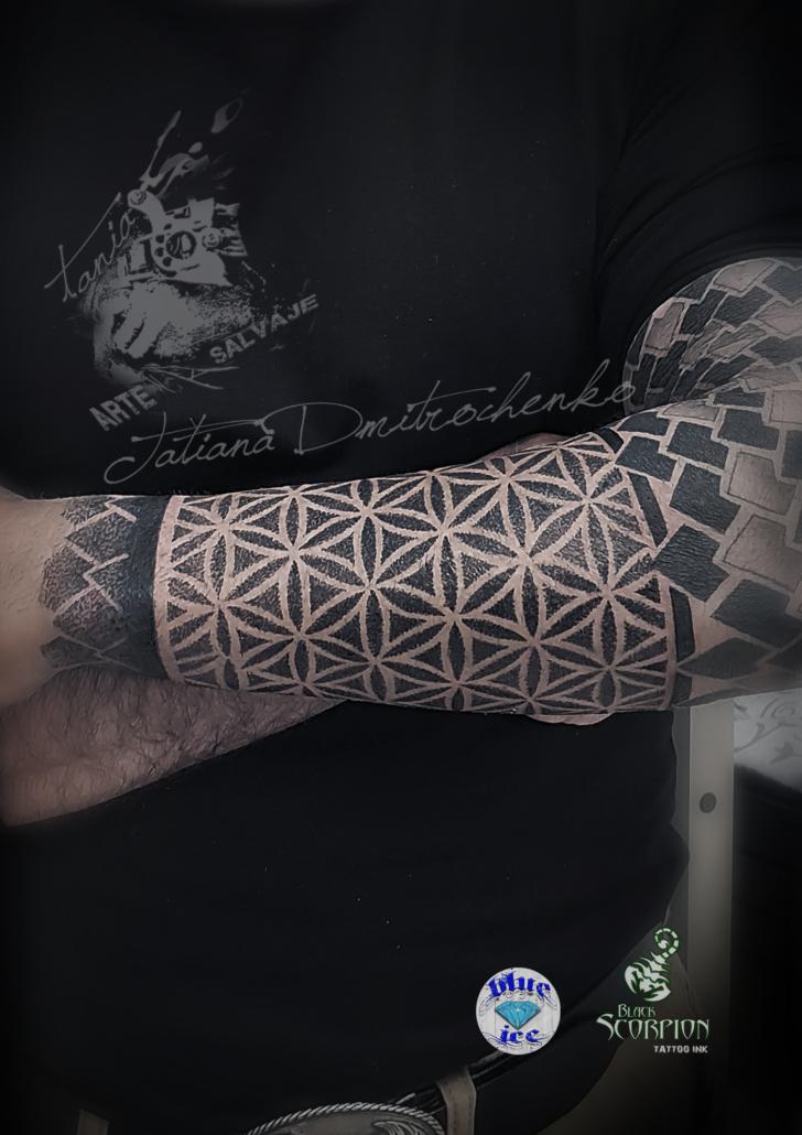 tatuaje geometrico brazo malla flor de la vida puntillismo valencia
