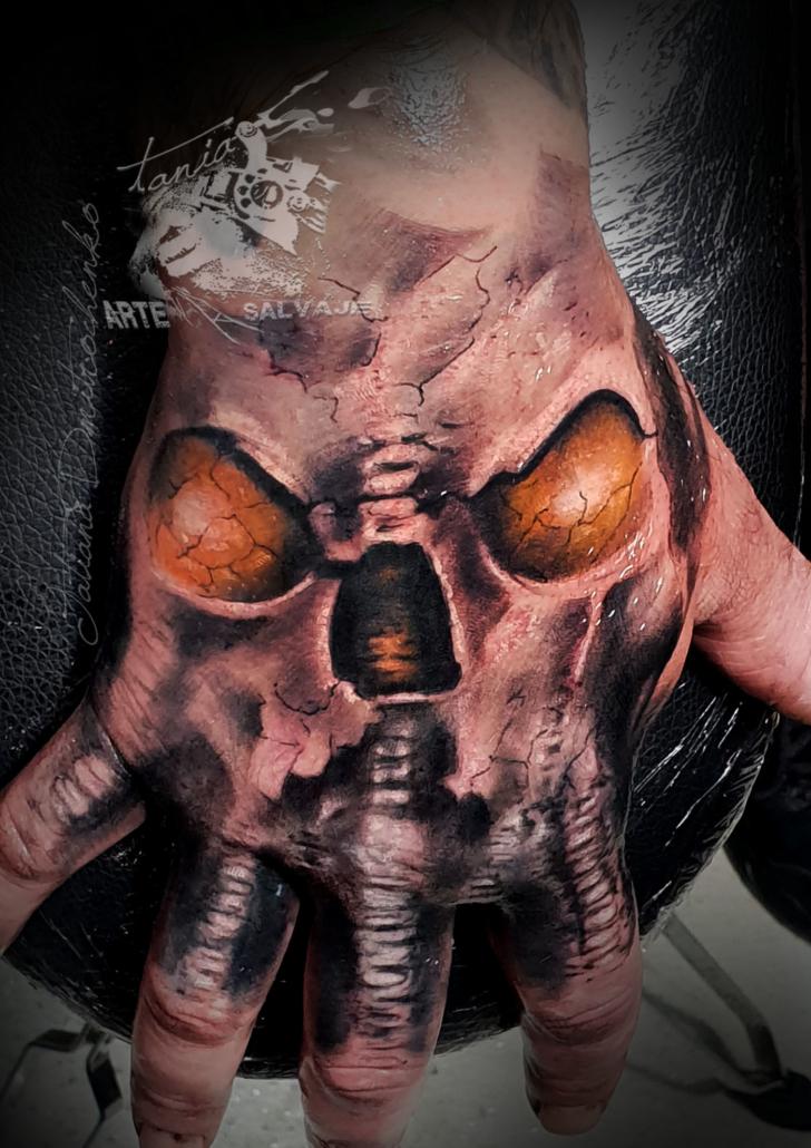 tatuajes en las manos puño calavera