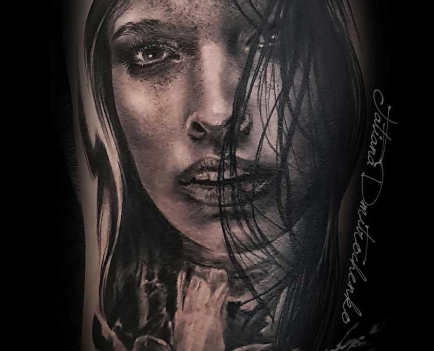Tatuaje Realista tattoo Mujer Pelo en Cascada