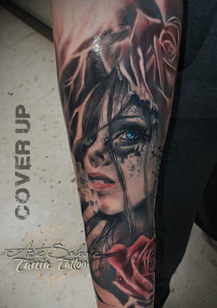 tatuaje cover up cara de mujer zombie con rosas en el brazo valencia