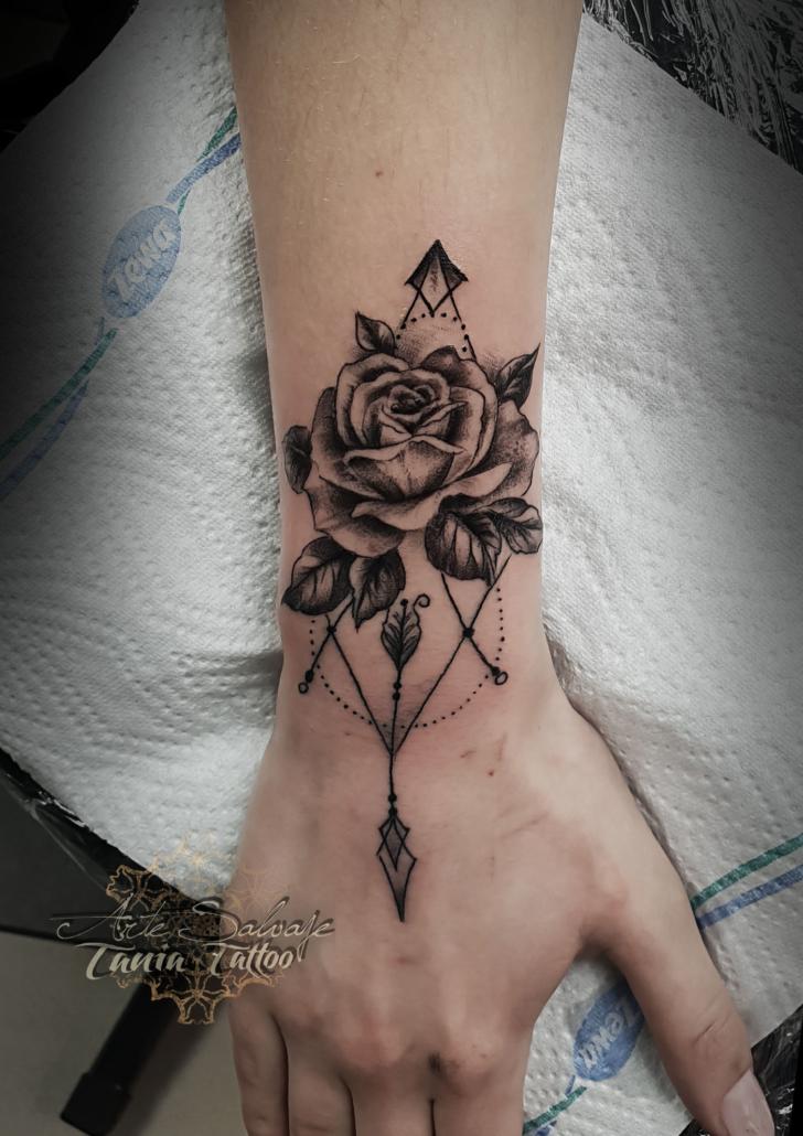 tattoo tatuaje femeninorosa en la mano puntillismo valencia