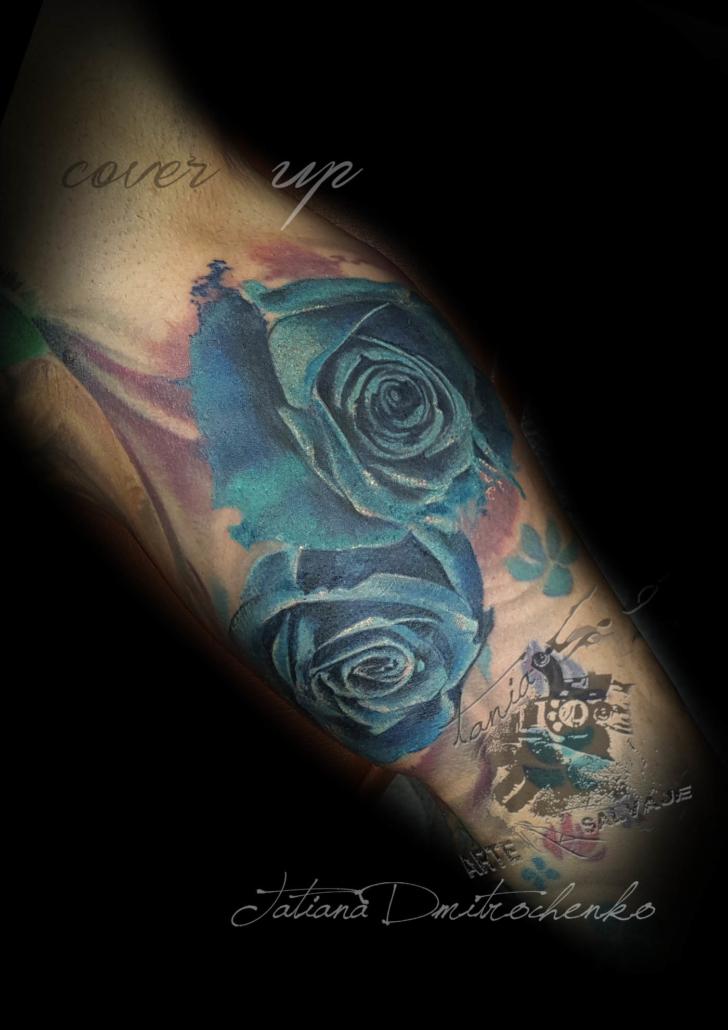 tatuaje cover up con rosas azules en el brazo valencia (1)