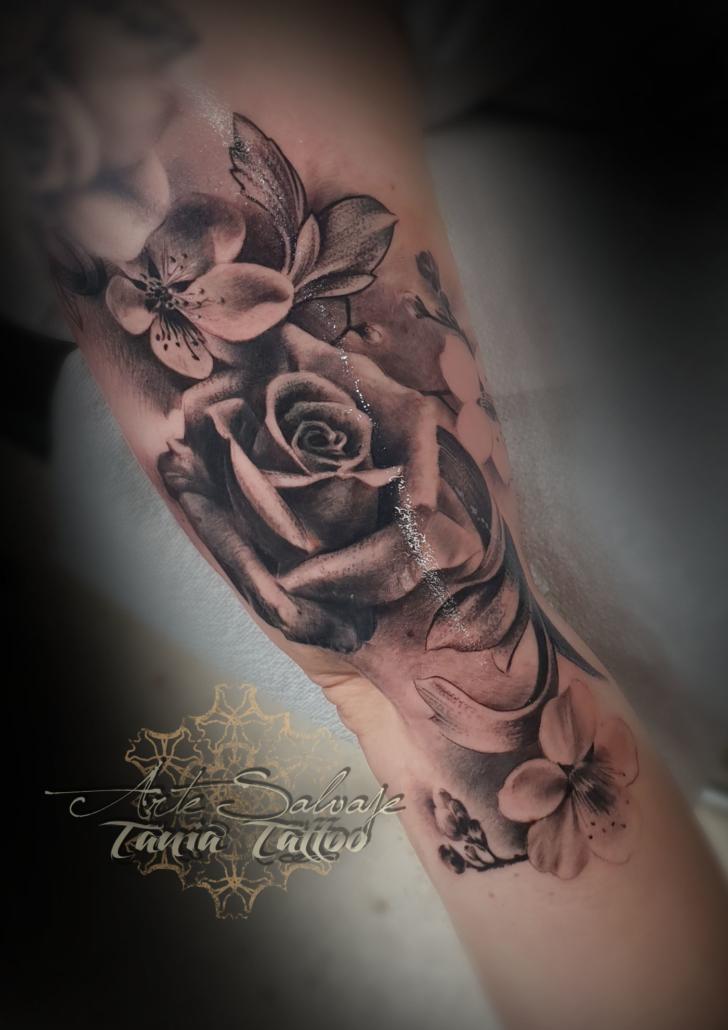 tattoo tatuaje femenino 3d de flores rosas con cerezo