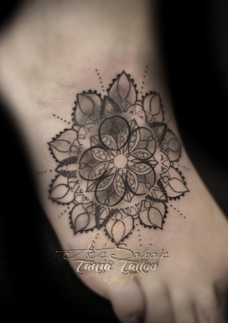 tattoo tatuaje geometrico de mandala puntillismo empeine cover up en valencia para mery