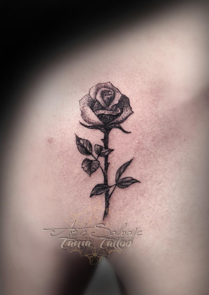 tattoo tatuaje rosa pequeña puntillismo